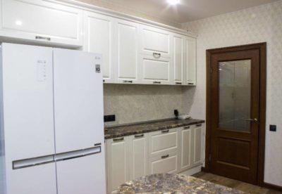 как спрятать холодильник на кухне