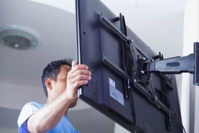 как повесить телевизор на холодильник