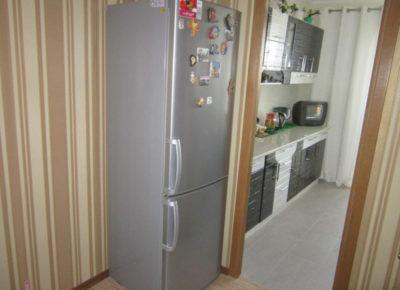 как правильно поставить холодильник на кухне