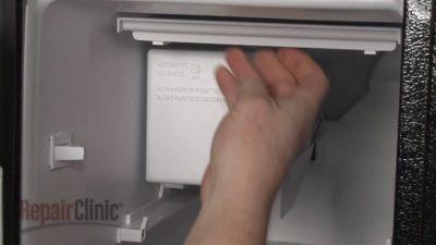 где находится дренажное отверстие в холодильнике