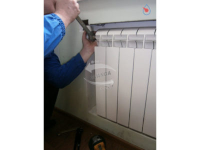 как защитить холодильник от батареи