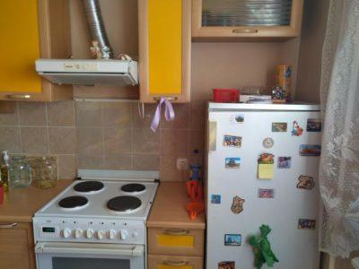 как защитить холодильник от плиты