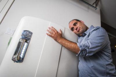 почему не работает холодильник а свет горит